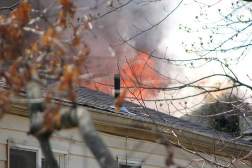 Feuer am Dach eines Hauses, Brandrisiko